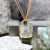 "🌿❤🌞 Comme une envie de #printemps… avec ""La Vie"", notre fragrance aérienne et délicate à la fleur de poirier. 8 semaines de diffusion, 8 semaines de voyage #sensoriel, de vergers fleuris, Vous allez fondre 😍⭐🌾 pour ses notes de fleurs blanches, de santal et de musc !   ‼👉 En stock sur notre e-shop, en boutique ainsi que dans tous nos points de vente en #france.  🇬🇧❤ Based upon the scent of pear blossoms, this LA VIE reed diffuser evokes the #blooming orchards that brighten the Provençal countryside as winter gives way to spring. It will perfume your home for about 8 weeks.  #parfumdambiance #homefragrance #loveinstremy #springiscoming #Provence #madeinfrance ----------------- credit : @thierryteisseire"