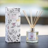 😍❤🌿🎁 IDEE CADEAU N°2 #Mothersday.: avec sa #senteur à la fleur de poirier, rehaussée de quelques notes de fleurs blanches, de santal et de musc, nous vous invitons dans les vergers fleuris qui illuminent la campagne provençale aux premiers beaux jours. 8 semaines de diffusion d'un parfum unique, offrez la Vie 100% Made in France et eco-responsable. ♻️ 🇨🇵  Based upon the scent of pear blossoms, this LA VIE reed diffuser evokes the blooming orchards that brighten the Provençal countryside as winter gives way to spring. It will perfume your home for about 8 weeks.😍❤🌿🎁  Crédit photo : @Thierryteisseire  #loveinstremy #provence #parfumsdambiance #senteursdeprovence #homesweethome #pearblossom