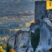 Les Baux-de-Provence, au coucher du soleil.📸 C'est notre #Regram de la semaine, surtout parce que l'on y voit un coeur végétal sur la falaise !!!! 📸💚 Si vous aussi vous voyez un cœur sous le Château de Baux, dites-le nous en commentaire ! 📸💚 Photo de @thierryteisseire  #loveiseverywhere #love #lesbauxdeprovence #lesalpilles #alpilleslovers #castle #sunset #provence #unaviondanslesairs