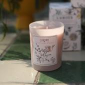 Du nouveau chez Love In St Rémy ! 🌿🍃✅ Nous sommes très heureux•ses de pousser encore plus loin notre démarche environnementale ! Après des mois de mise au point, de tests et de fabrication, nous avons la joie de produire 🌾💪👉 une nouvelle cire #végétale 100% naturelle pour 3 de nos bougies.  Notre nouvelle cire est un mélange de 3 cires 100% naturelles: 🌾 cire de soja 🥥 cire de coco  🐝 cire d'abeille 🍃🌿 Disponibles dès maintenant sur le shop ou en boutique : Amande précieuse, Rose d'antan et l'Amour, ici en photo. - New !!! 🌿🍃✅ We are very happy to take our environmental approach one step further! After months of development, testing and manufacturing, we are delighted to announce that 🌾💪👉 we will know use 100% #natural vegetable wax made of the following blend : 🌾 soy wax 🥥 coconut wax 🐝 beeswax  Starting with these 3 candles : Precious almond, Heirloom Rose and L'Amour.  🍃🌿 Available now in the shop or in the boutique. - Crédit photo : @charlotte__leonardi #bougienaturelle #bougievégétale #cirevégétale #provence #vegetablewax #scentedcandles #ecoresponsable #gogreen #beeswax #coconutwax #soywax #saintremydeprovence @lealocatelli