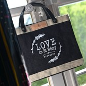 Black market bag, 👜⭐️pour les femmes chics et naturellement raffinées ! Disponible en boutique ou sur le shop. Frais de port offerts. #marketbag #toiledejute #loveinstremy #ecofriendly #provence #fenetresurlesalpilles Photo 📸 @thierryteisseire  - Lovely Small Black natural jute Market Bag 👜⭐️ Enjoy !